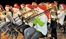 """Auftritt mit Nikolausmützchen: Das Blasorchester des fünften Jahrgangs spielt beim Weihnachtskonzert im KGS-Forum """"Jingle Bells"""". (Eggers/haz)"""