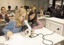 Die beiden Siebtklässlerinnen Charlotte (links) und Carlotta schauen sich in den neuen Mikroskopen Einzeller an. (haz)
