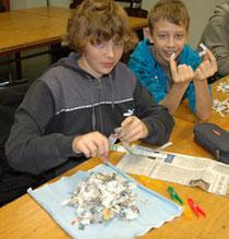 Robin (li) und Vladislav machen den ersten Schritt zu neuem Papier: Schnipsel herstellen für die Pulpe - Foto: JPH