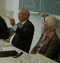 Wolfgang Müller-Judex (li.) zeigt den Schülern eine Lebensmittelkarte aus der Nachkriegszeit - Foto: JPH