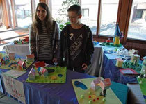 Jasmin und Daniel (v.li.) schauen sich die Ausstellung an - Foto: JPH