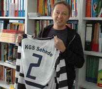 Rüdiger Streilein zeigt das Trikot der KGS-Mannschaft vom Freitag: Die Zebras wollen gegen die Altstars gut aussehen – Foto: JPH