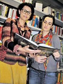 Helga Akkermann (links) und Kathleen Fleer sichten die Schulbibliothek. (Brunhöber)
