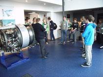 Im Eingangsbereich erlklärte uns Hr. Fischer etwas über die große Rolls-Royce Turbine.