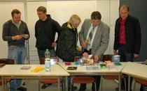 Referent Tim Hubert (2.v.li.) berät die Eltern und verteilt Informationsmaterial - Foto: JPH