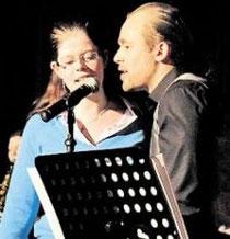 Zusammen mit Frontmann Björn Kassel von B.K. & the Trail Blazers überzeugt Schulpraktikantin Verena Kaufmann mit starker Stimme beim Abschlusskonzert. (Hanke)