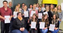 Stolz präsentieren die Mentoren des 1. Halbjahres 2013_14 ihre Zertifikate.