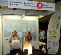 Kristina und Nina stehen bereit, um interessierten Besuchern ihr Experiment zu erläutern.