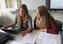 Celina (links) und Tessa bei der redaktionellen Arbeit.