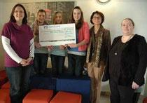 Die Spender mit der Direktorin bei der Übergabe: Janina Rohrig, Emma, Lea, Linda, Helga Akkermann und Annelie Böttcher - Foto: JPH