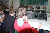 Maria-Elisabeth Lohmann, Horst Becker, Dr. Anette Winkelmann und Wolfgang Müller-Judex (v.re.) stehen der Klasse von Stefan Bahls (li.) Rede und Antwort - Foto: JPH