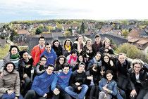 Hoch hinaus: Sehndes stellvertretende Bürgermeisterin Maike Vorholt (rechts), die 20 spanischen Austauschschüler und ihre Betreuer haben vom Rathausdach einen wunderbaren Blick über Sehnde. (Knoche/haz)