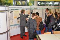 "Alexander Bauersfeld erklärt Schülern die Ausstellung: ""Mauern, Gitter, Stacheldraht"""
