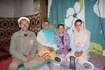 Familie von Ayub, jedoch Sohn ist nicht auf dem Foto