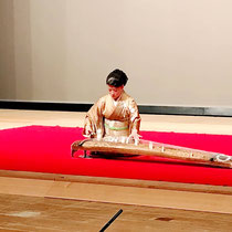 横浜市鶴見区邦楽連盟「邦楽のつどい」に出演しました。久しぶりの大きな舞台での独奏、家での長時間の練習よりも(勿論それがあってこそですが)1回の舞台に勝る練習はないなと大変勉強になりました。(スポーツの試合もそうなんじゃないかなと思います) このコロナ禍でいかに本番が普段と違うか忘れかけていた気がしました。 箏曲の他に日本舞踊等バラエティーに富んだプログラムで決して飽きがこないのが連盟の特徴です。ご来場いただきました皆様ありがとうございました💗  #横浜市鶴見区#横浜市鶴見区三絃教室 #横浜市鶴見区お琴教室