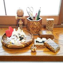 私は箱根の寄木細工が大好きなので、爪箱は勿論、練習で使う小物をお皿に置いたりしています。 あまり練習は好きではないないので気分向上に一役かってくれています。  眺めながら職人さんが丁寧に一緒懸命作ったんだろうな…と思うと染々感心して元気になってきます。  繊細で素晴らしい技術を誇る日本の伝統工芸、いつまでも残って行って欲しいと心から願います。