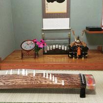 お琴教室お稽古に兜と芍薬を飾りました。