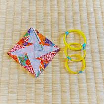 千代紙で三絃(三味線)の糸を入れる袋をお友達が作ってくれました。三味線はその名の通り太さが異なる三本の糸を弾きますがこれがまた絹制でわりと切れ安く常に常備する必要があります。  どうぞ演奏会本番中に切れませんように…と神に祈るくらいです。(糸の調整は職人技)  この袋は糸に傷がつかないし嵩張らないし重宝間違いなし!なんですが可愛くて使えないままでいます…作り方を教わろうとしてますがなかなか会えずにいます…