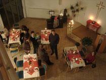 Festlich geschmückter Gemeindesaal zum Valentinsabend