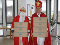 Nikolaus und Weihnachtsmann arbeiten bei der Aktion zusammen