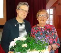 Anette Mayer dankt Inge Baltzer (rechts) für ihr langjährige Tätigkeit als Ortsvertrauensfrau von Bleckmar.