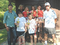 Kleinfeldmannschaft mit Jugendwart Arno Baumgartner, TCA-Vorsitzende Petra Hallhuber und Mannschaftsbetreuer und Trainer Herbert Müller