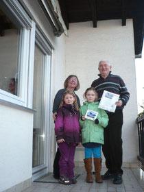 Familie Steffen mit ihrer Plakette