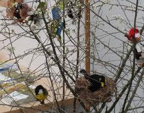 Selbstgebastelte Vögel der Kindergruppen Mainz und Bingen
