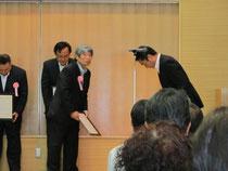 知事から感謝状を受け取る宮本会長