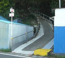 地頭方坂下の避難路