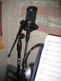 自宅スタジオのマイク。これに向かってひたすら、弾く、歌う!