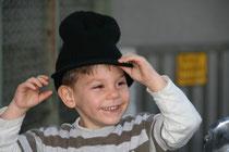Was glauben Sie, warum freud sich dieses Kind? Die  Antwort siehe unter Fragen stellen.
