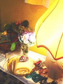お客様からケーキとお花いただきました!