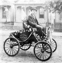 Der erste Bremer Kraftdroschkenfahrer wurde 1894 durch diese Daguerrotypie in Schwachhausen beim Rauchen erwischt. Ob er sanktioniert wurde, ist nicht überliefert.