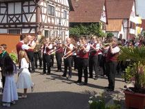 38 Musiker begleiteten die Prozession  Foto: Helmut Kuntz