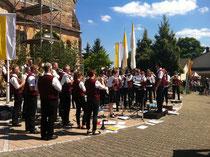 Platzkonzert vor der Insheimer Kirche  Foto: Lisa Herrmann
