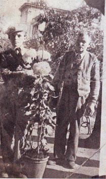 1930 Angelo Varallo ed il papa' Giuseppe presentano un esemplare di crisantemo