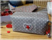 Trousse de sac, maquillage ou autre, grise à pois, doublée de toile rouge et grise rouge corail