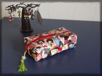 Trousse de sac, maquillage ou autre, geisha, doublée de toile vert pomme à fleurs blanches