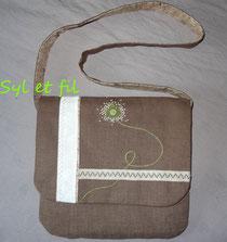 Petit sac marron avec rabat brodé d'une fleur verte