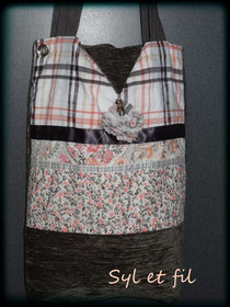 Sac à anses rectangulaire en velours taupe et voile de coton orangé gris et blanc