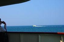 大きな船も、遠くから見ると小さい