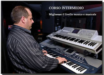 Adulto suona due tastiere