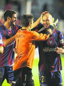 Los jugadores del Eibar felicitan a Jito al término del partido. Foto: Diario Vasco.