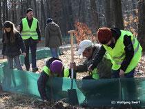B. Sell (mit weißer Mütze) fehlt bei kaum einem Arbeitseinsatz des NABU-Kreisverbandes. Hier beim Aufbau eines Amphibienschutzzaunes 2012. Foto: NABU/Ewert