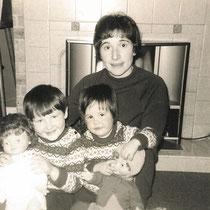 Anne Rowling avec ses deux filles : Jo à gauche et Di à droite