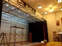 ステージに照明つり工事
