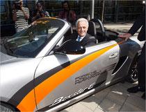 Dr. Ramsauer im Porsche Elektroauto Boxster e