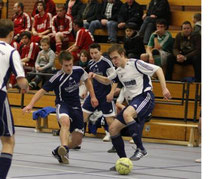 Bohnhorsts Eike Langhorst (rechts) behauptet den Ball gegen Kreuzkrugs Markus Wildenhain. Stefan Meier schaut zu.