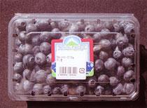 チリ産ブルーベリー生果。2012年12月下旬、スーパーで買い求める。 310g入りで価格は490円。容器の大きさは、盾が12.4㎝、横が18.6㎝、深さが3.8㎝。
